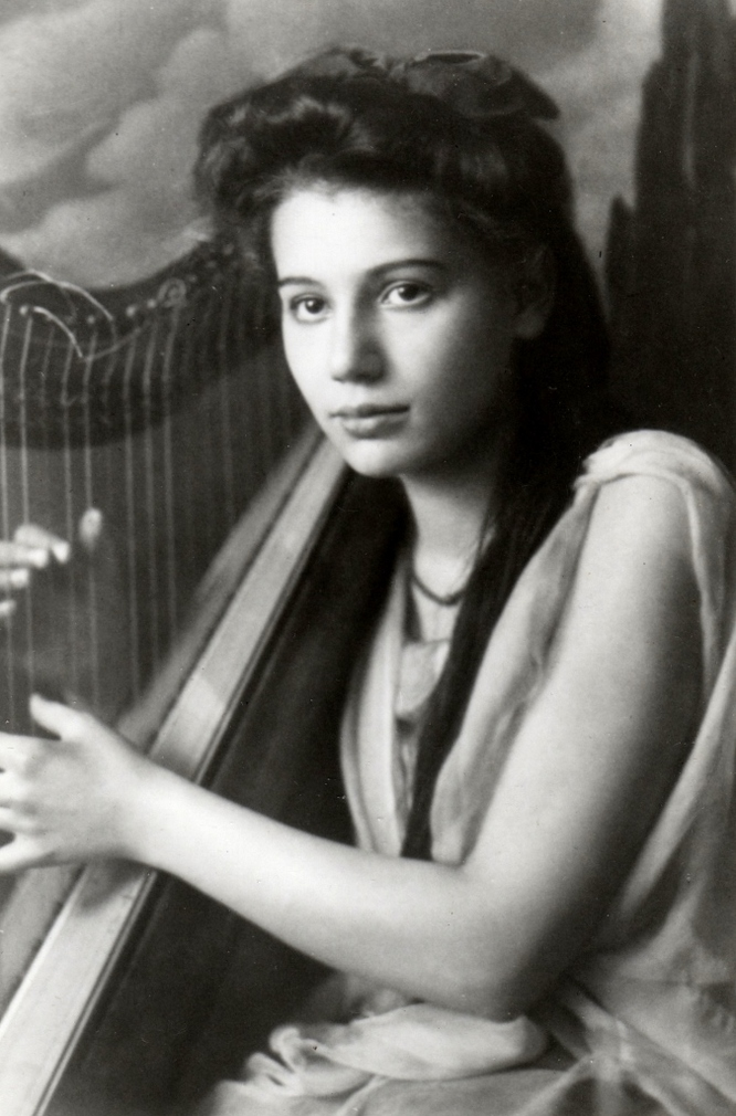 Portrait of Steffy Goldner with harp at the Vienna Academy
